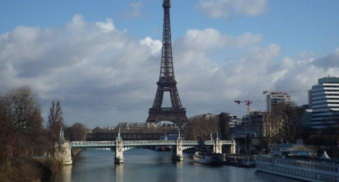 Sacar fotos de la torre Eiffel de noche es ilegal