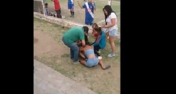 Dos mujeres y un futbolista: Chicas se pelean en pleno partido de fútbol por un jugador