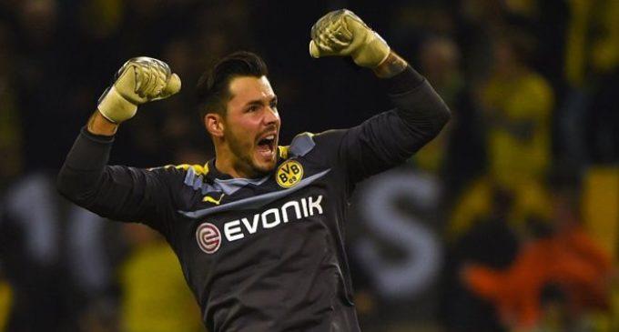 La hilarante superstición del portero Roman Bürki con el Borussia Dortmund antes del inicio de cada partido