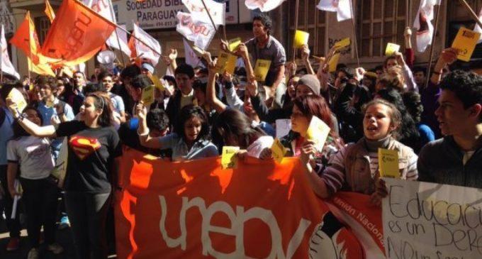 Estudiantes de la UNEPY se movilizan en pedido de presupuesto para libros