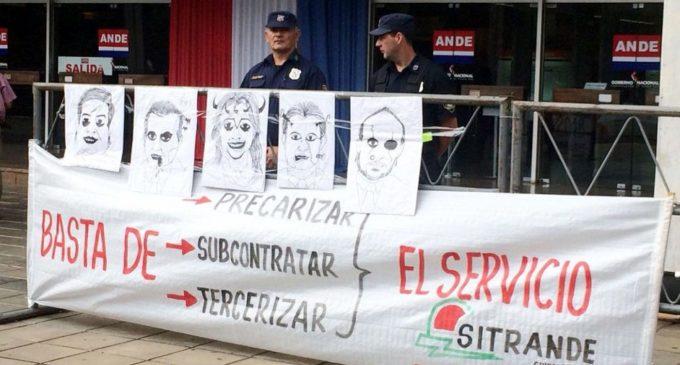 Funcionarios de la ANDE se manifiestan frente al Congreso