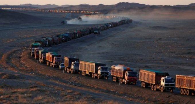 Enorme embotellamiento de más de 100 kilómetros en la frontera entre Mongolia y China