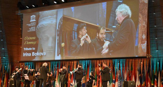 """Con """"melodías en guaraní"""" entregan obsequio a directora de la Unesco"""