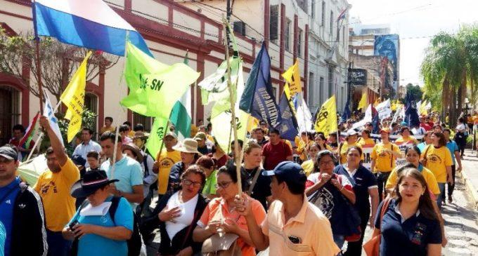 Docentes reclaman aumento salarial del 20%