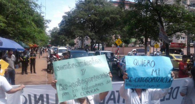 Médicos y enfermeros cierran avenida Mariscal López en reclamo de mayor presupuesto