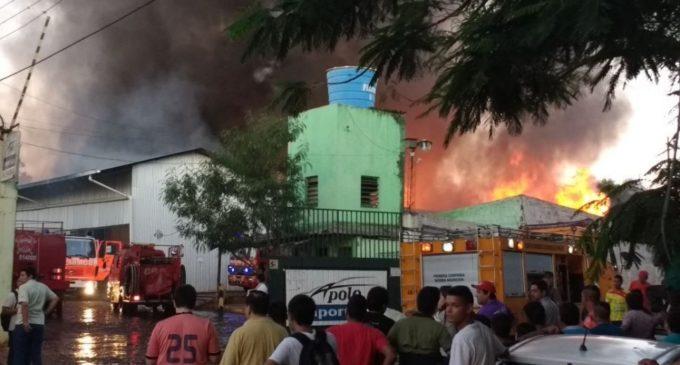 Continúan labores de extinción de fuego en depósito de Fernando de la Mora