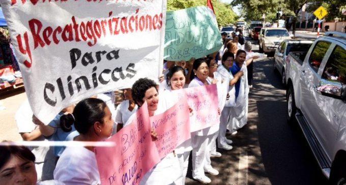 Funcionarios de Clínicas cierran avenida Mariscal López y recrudecen huelga