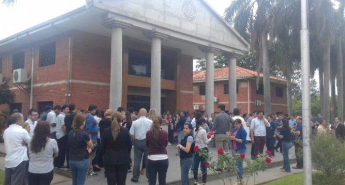 Funcionarios de las 12 facultades de la UNA comienzan paro total administrativo y académico