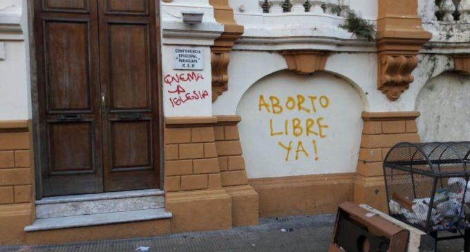 """""""Pido disculpas, pero no me parece muy violento"""", dice organizadora del #25NPY sobre graffitti en iglesia"""
