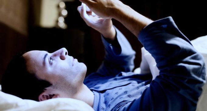 Jóvenes duermen menos a causa de conexión móvil
