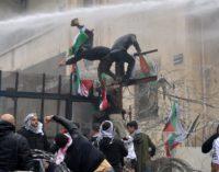Embajada de EE UU amanece acorralada por manifestantes en el Líbano