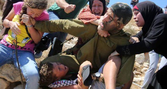Tres mujeres arrestadas luego de ser filmadas atacando a soldados israelíes
