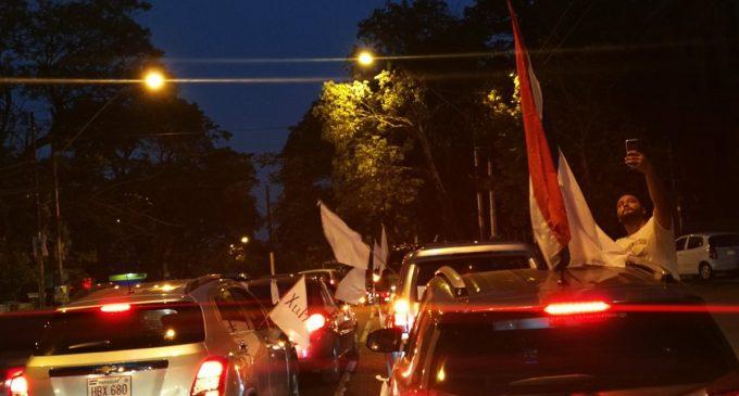 Policías impiden pasar frente a Mburuvicha Roga y se disuelve caravana por la paz