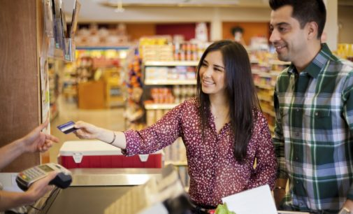 Sedeco insta a denunciar comercios que cobren recargas por compras con tarjeta de crédito