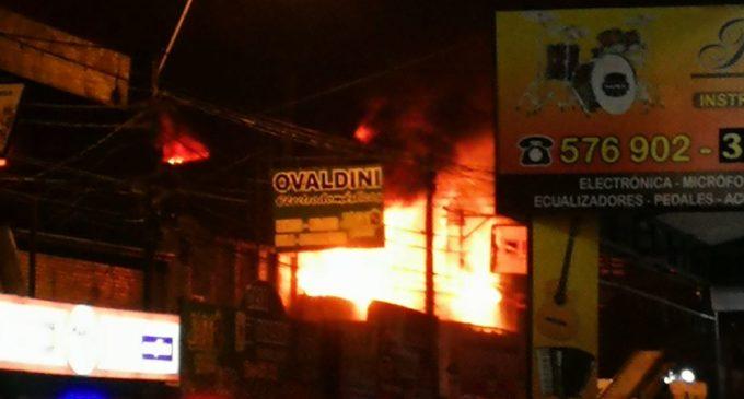 Fuego consumió ferretería en San Lorenzo