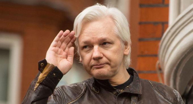 Ecuador nacionaliza al fundador de Wikileaks mientras sigue refugiado en su embajada