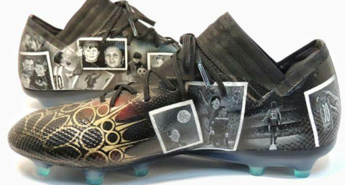 """Messi se """"enamoró"""" de los botines que le regaló una artista paraguaya"""