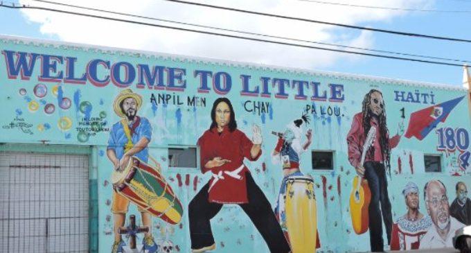 Habitantes de la Pequeña Haití en Miami gritan contra declaraciones Trump