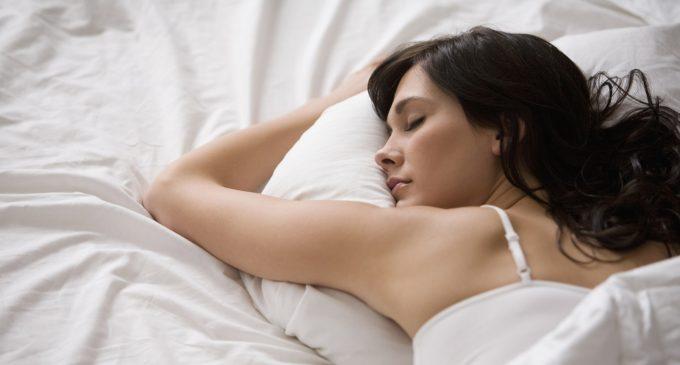 Tips para dormir con una buena almohada según científicos
