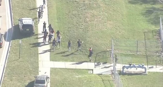 Ataque en escuela de Florida deja un muerto y unos 20 heridos