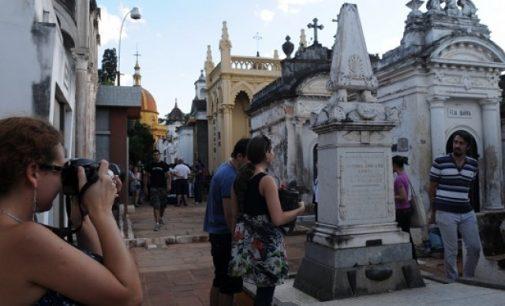 Recorrido turístico en el cementerio de La Recoleta