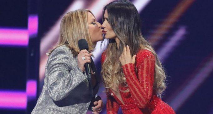 Billboard 2018| La Dra. Polo sorprende al besar a una actriz