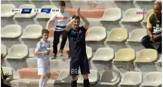 Marca un gol y va a las gradas a festejarlo como hincha [VIDEO]
