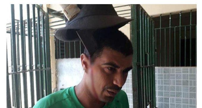 Sorprende reo con machete clavado en la cabeza