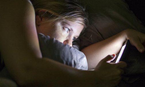 Usar el celular después de las 22 hs puede provocar depresión y neurosis