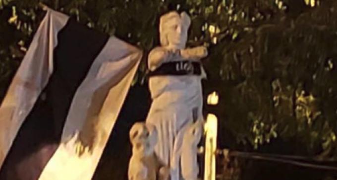 Indignación por remera franjeada en monumento de Acosta Ñu
