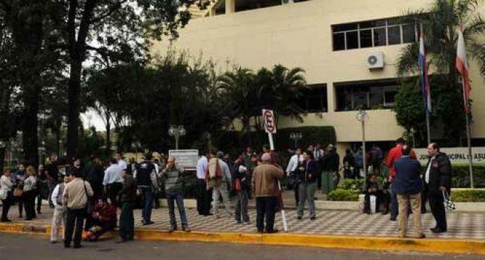 Funcionarios de Municipalidad de Asunción se unen a manifestación contra Superintendencia del IPS