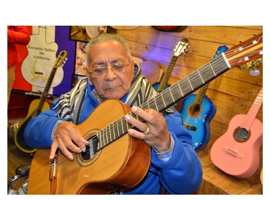 """""""Mi maestro 'Kamba'i' inventó el estilo de rasguear y puntear al mismo tiempo"""", destaca Juan Cancio Barreto"""