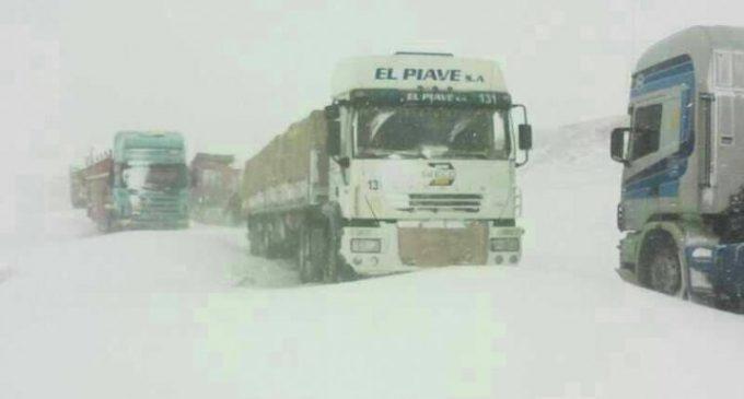 Decenas de camioneros paraguayos están varados por tormenta de nieve en frontera entre Chile y Argentina