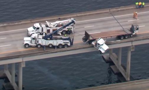 Sorprendente: Camión queda colgado de un puente sobre un río