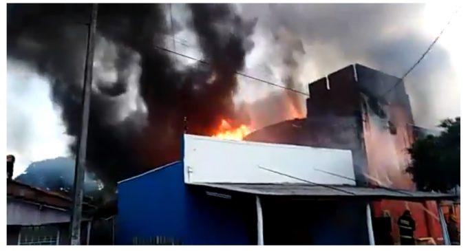 Voraz incendio consume local comercial en Pedro Juan Caballero