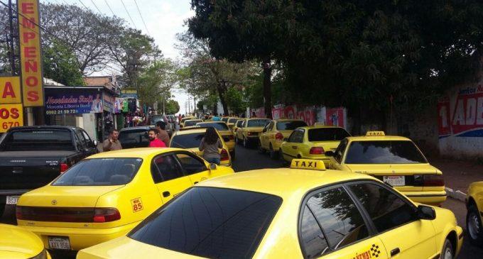 Taxistas de Ypané cierran ruta Acceso Sur en protesta contra cambio de sentido de calles