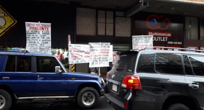"""Abogados se manifiestan frente a JEM contra """"rosca mafiosa"""" de jueces"""