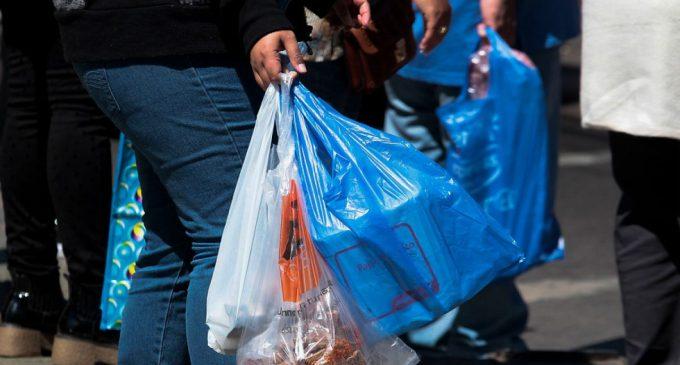 Chile se convierte en el primer país latinoamericano en prohibir a comercios dar bolsas de plástico