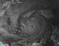 Poderoso huracán Lane se debilita camino a Hawái, aunque amenaza continúa