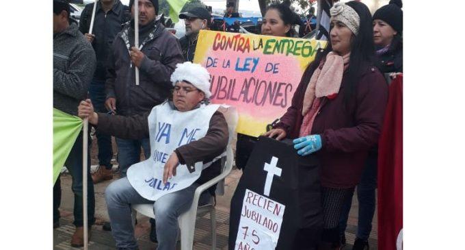 Manifestantes marchan por el microcentro en rechazo a Superintendencia de Jubilaciones