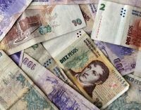 Argentina sube la tasa de interés al 60% ante el desplome del peso