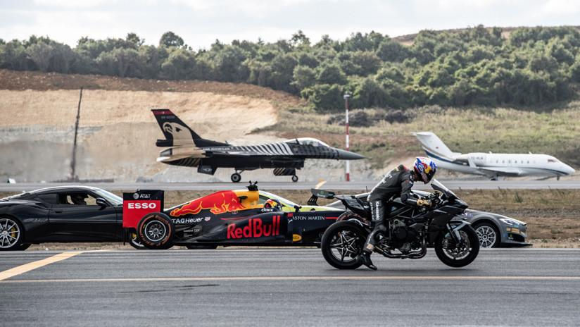 Increíble carrera entre autos deportivos, aviones y una moto