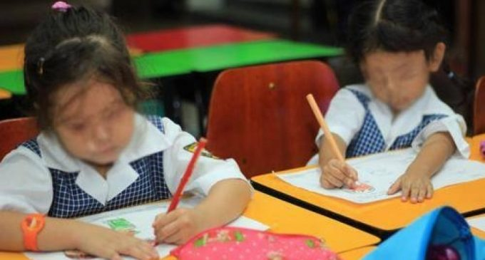 Madre denuncia a docente por desnudar a su hija en clase