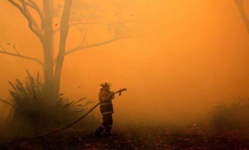 Calor extremo y fuertes vientos avivan incendios forestales en Australia