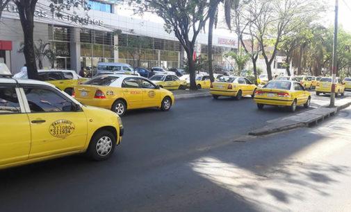 """Taxistas inician """"enjambre amarillo"""" en protesta contra MUV y Uber"""