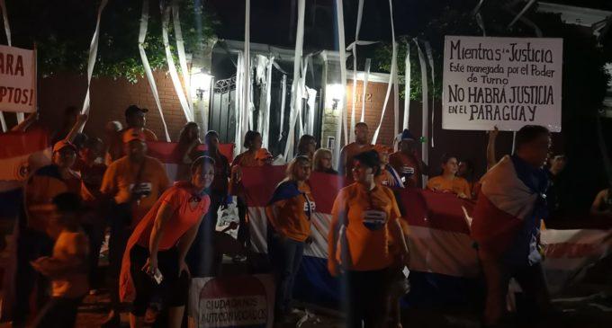 Enorme escrache frente a casa de Enrique Bacchetta exigiendo su renuncia