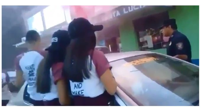 """Policía paternal: Suboficial obliga a estudiantes a ingresar a colegio durante alocado festejo de """"UPD"""""""