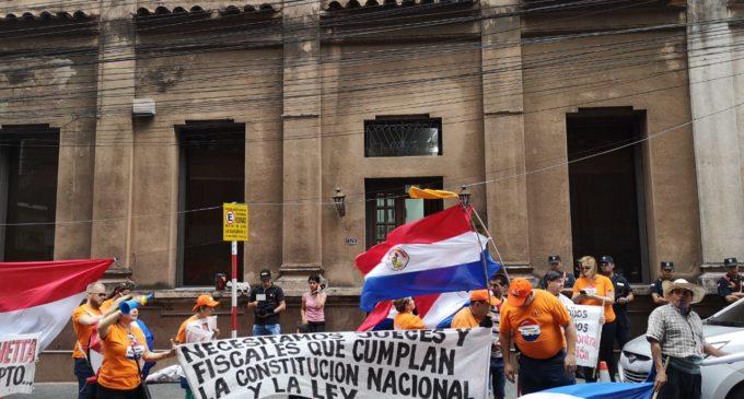 Manifestantes piden renuncia de Bacchetta frente al JEM