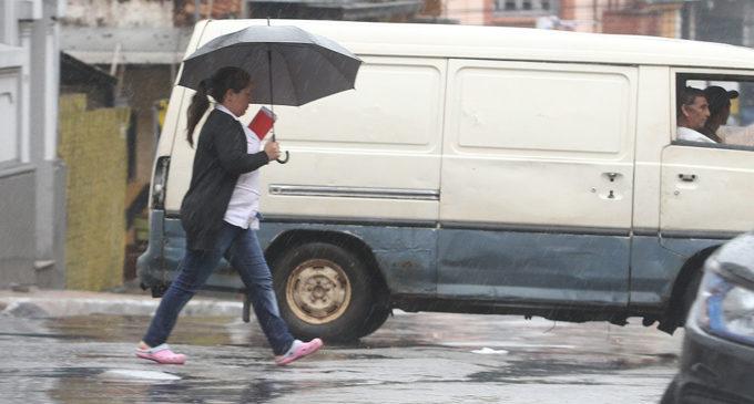 Pronostican lunes cálido y con lluvias dispersas