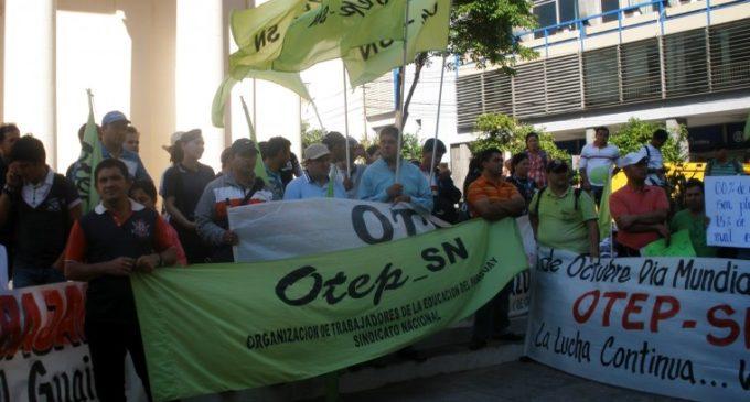 Sindicato docente realiza protesta frente al MEC